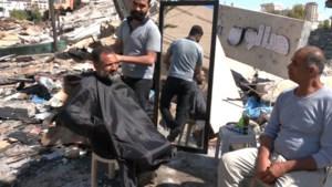 """Palestijnse kapper weer aan het werk tussen het puin in Gaza: """"Ik moet alles heropbouwen"""""""