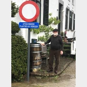 Verkeersbord plaatselijk verkeer staat ongelukkig voor inrit van Kannenaar