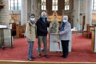 Legerofficier redde meer dan honderd jaar geleden bijzonder deurtje uit brandende kerk, nu brengt zijn kleinzoon het weer thuis