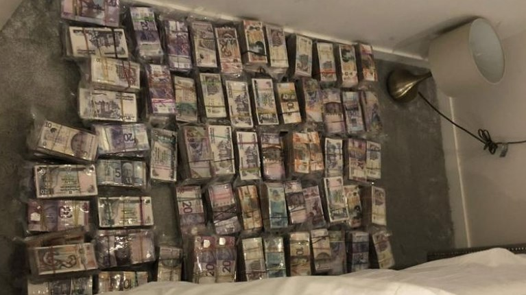 La polizia britannica ha trovato milioni di sterline in contanti in un appartamento,