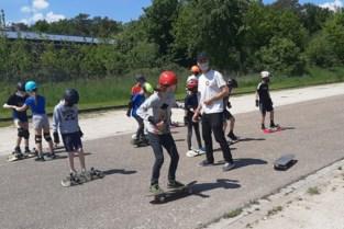 Kinderen leren spelenderwijs skaten