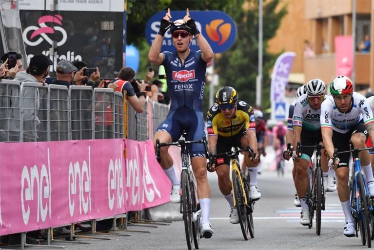 Wat een prachtig beeld: Tim Merlier brengt bij Giro-ritwinst eerbetoon aan Wouter Weylandt