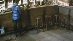 Gezocht: man met blauwe donsjas die zeshonderd euro stal in Gents café