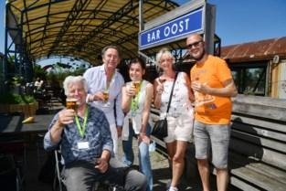 """Bar Oost trakteert vrijwilligers vaccinatiedorp: """"Nu zien we elkaar eens zonder mondmasker"""""""