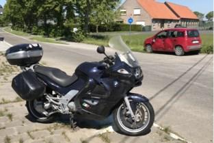 Motorrijder en vrouw gewond na botsing in flank van wagen