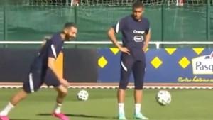 Kylian Mbappé klungelt erop los en dus toont 'comeback kid' Karim Benzema hoe het moet (tot ongeloof van Antoine Griezmann)