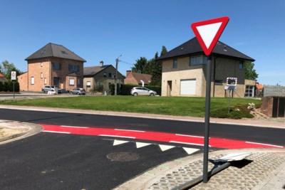 Communautaire verwarring op steenweg: in Vlaamse gemeente heb je voorrang, over de taalgrens moet je voorrang verlenen