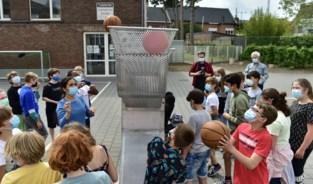 Robota Klussanias verzamelt ballen op speelplaats van 't Kofschip