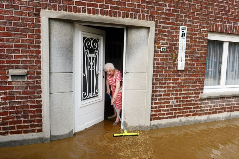 Onweer veroorzaakt op veel plaatsen overlast: meerdere straten en huizen onder water, ook vaccinatiecentrum loopt onder