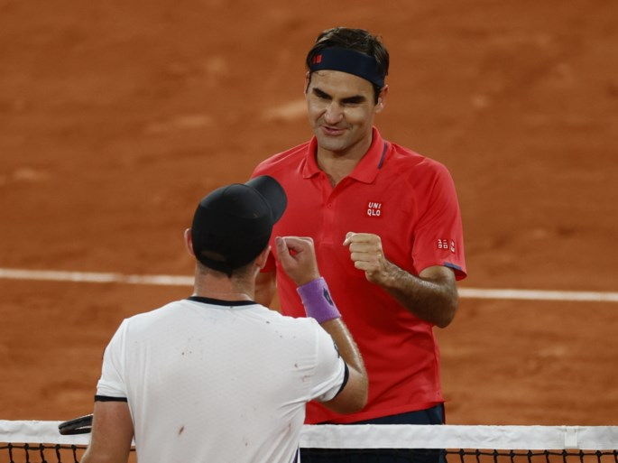 """Roger Federer wint marathonpartij tot na middernacht op Roland Garros, maar twijfelt of hij verder speelt: """"Te riskant, misschien"""""""