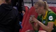 """""""Ongezien op een voetbalveld"""": voetbalster drinkt wel heel bijzonder hersteldrankje na wissel in bekerfinale"""
