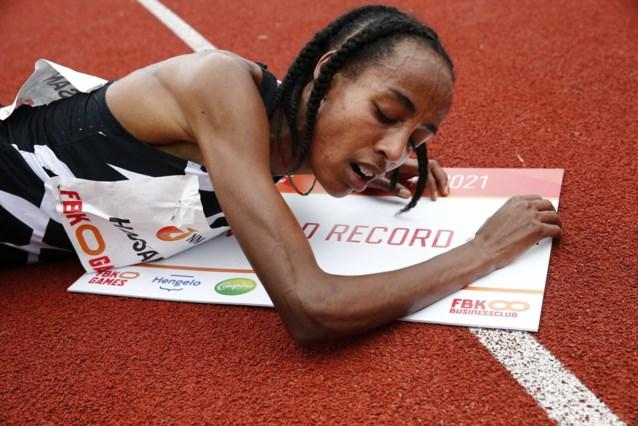 Nederlandse Sifan Hassan verpulvert voor eigen publiek wereldrecord op 10.000 meter