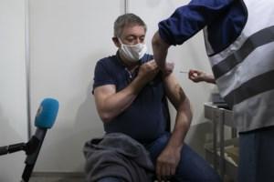 Vlaams minister-president Jan Jambon krijgt eerste prik in Brasschaats vaccinatiecentrum