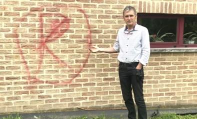 Spoor van graffiti aan school en feestzaal in Val-Meer