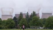 Ongelooflijke beelden: voetbalwedstrijd wordt opgeschrikt door… in elkaar stuikende koeltorens van energiecentrale
