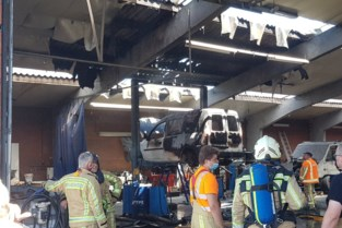 """Alerte politiepatrouille merkt brandende auto in garage op en voorkomt veel erger: """"We zijn hen erg dankbaar"""""""
