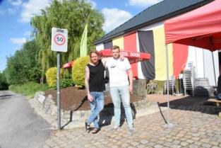 Dunbevolkte feestgemeente doet haar naam eer aan met twee voetbaldorpen