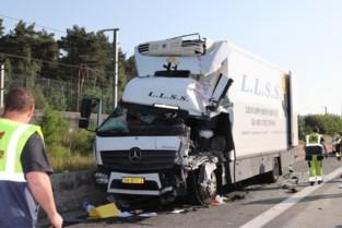 Vrachtwagenchauffeur zwaargewond na aanrijding op E19