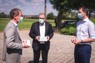 deSter zet tekst van stadsdichter op verpakking mondmaskers
