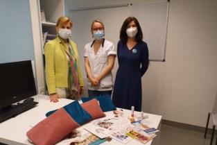 """Karine (52) werd vijf jaar geleden getroffen door borstkanker, nu zet ze zich in voor haar lotgenoten: """"We gaan onze boezemtassen over heel Vlaanderen verspreiden"""""""