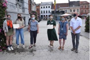 Stadsambassadeurs schenken cheque aan scouts en bibliotheek