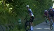 Ongeziene beelden: Remco Evenepoel rijdt zo hard dat Victor Campenaerts krampen krijgt en van de pijn van de fiets stapt