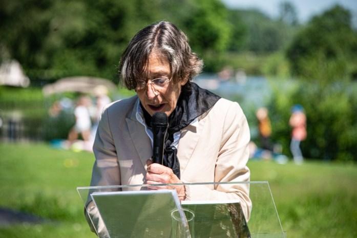 Dichter Anneke Brassinga kan eindelijk Karel van de Woestijneprijs in ontvangst nemen