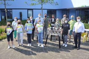 Winnaars fair trade affichewedstrijd mogen trofee opsmullen