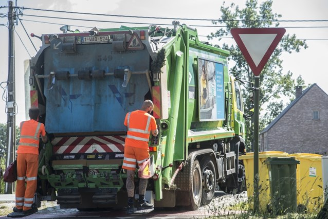 Bromfiets rijdt in op vuilniswagen