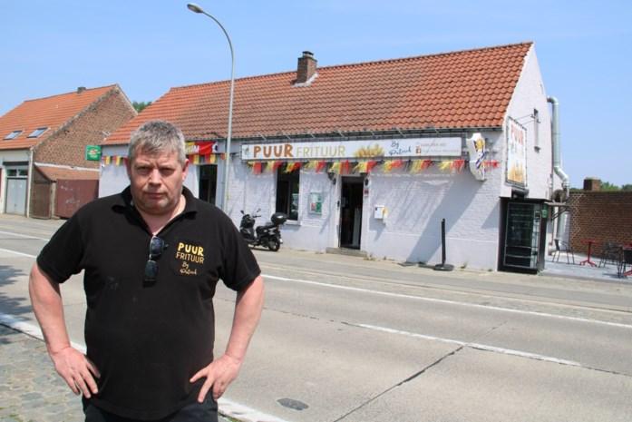 """Friturist Patrick (56) ziet omzet halveren en start opvallende actie om te overleven: """"Hopelijk hebben mijn klanten de omweg er voor over"""""""
