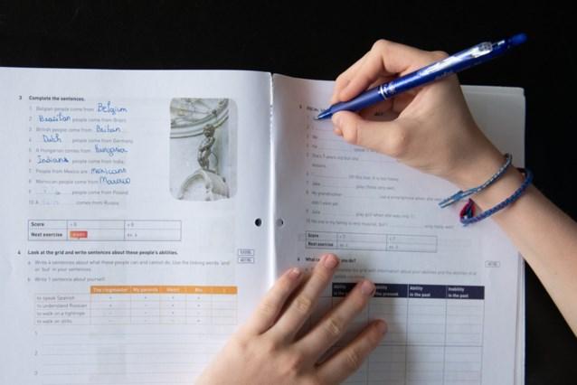 Weyts laat werkgroep invulboeken in Vlaams onderwijs onderzoeken