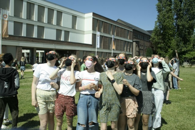 Leerlingen kijken veilig naar zonsverduistering