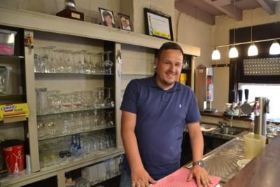 """Kristof (36) neemt café Lido over van overleden nonkel Willy: """"Gelukkig zijn de vaste klanten al terug"""""""