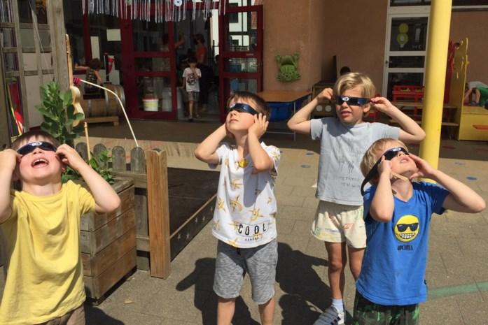 Leerlingen De Bijenkorf turen naar zonsverduistering