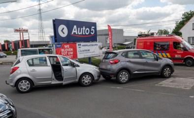 64-jarige vrouw met been geklemd tussen twee auto's