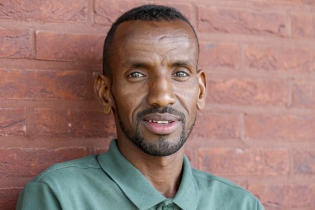 """Marathonloper Bashir Abdi stelt biografie voor, geschreven door zijn eerste leerkracht Nederlands na zijn vlucht uit Somalië: """"Het is een lange weg geweest"""""""
