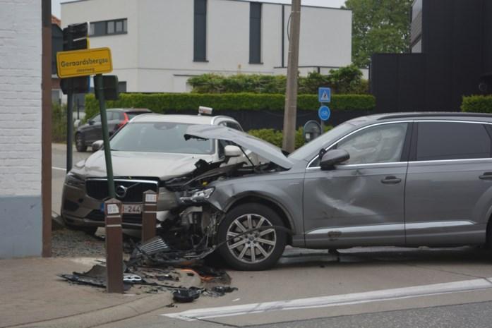 Bestuurder veroorzaakt ravage na verkeersongeval