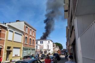 Grote rookpluim door hevige dakbrand in Deurne