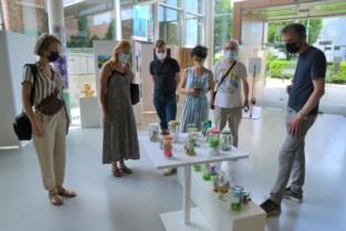 Studenten kunstenacademie stellen eindwerken tentoon in winkeletalages