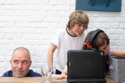 """Tomas De Soete over papa zijn: """"Een kotsend kind betekent all systems down bij mij"""""""
