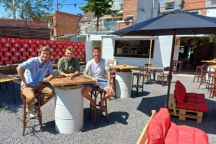 Jonge Lierenaars openen tuinterras achter café Raly