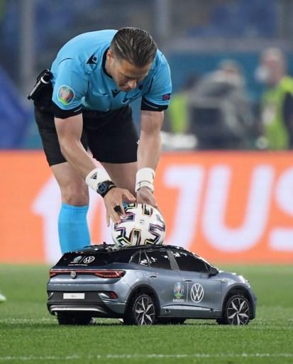 Wedstrijdbal voor openingswedstrijd wordt aangebracht door… een auto op afstandsbediening
