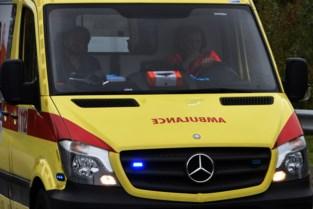 Twintiger gewond na botsing tegen bomen en geparkeerde auto in Langerlo