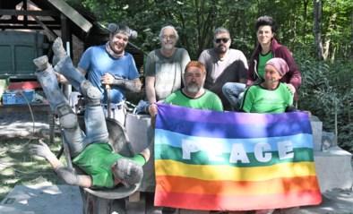 Internationale beeldhouwers maken kunst in Karrenmuseum