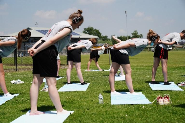 """Bijna 700 leerlingen krijgen 'stille yoga' op school: """"Om stress los te laten"""""""