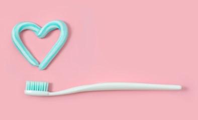 Kun je je tanden eigenlijk te veel poetsen?