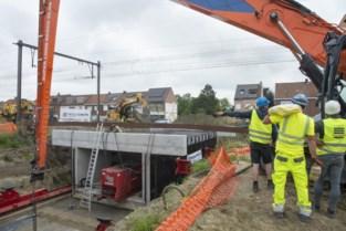 Huzarenstukje: tunnel voor fietssnelweg onder sporen geschoven in Torhout