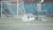 Van een stevige regenbui gesproken: zompige grasmat maakt voetballen onmogelijk in EK-speelstad Boekarest