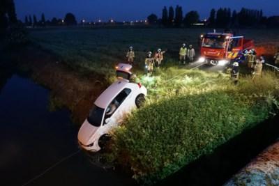 Dronken automobilist belandt in weide en moet uit beek worden gered