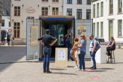 """Dertig eigen versies van 'Rechtvaardige rechters' in opvallende container bij stadshal: """"Paneel spreekt tot verbeelding"""""""